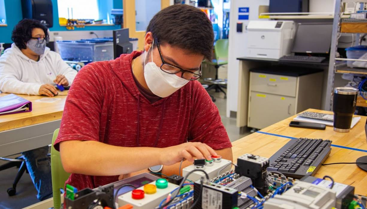 Safe, hands-on training in the mechatronics lab.