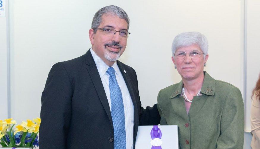 Dr. Luis Pedraja presents a gift to Anita Bowden.