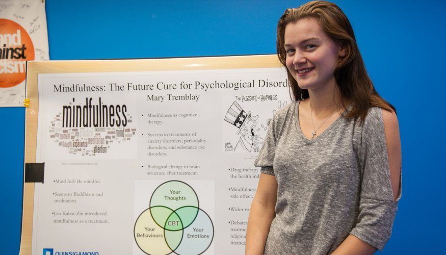 Student presents at Honors Program Showcase