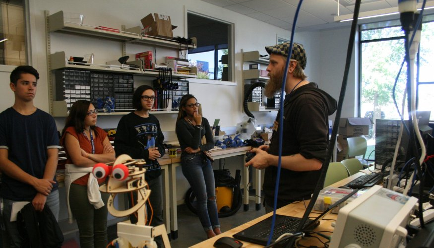 Students in manufacturing lab